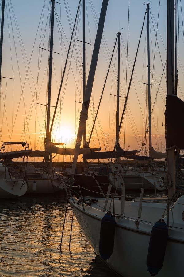 Navigação Boat& x27; mastros de s: Beira-mar da doca imagem de stock