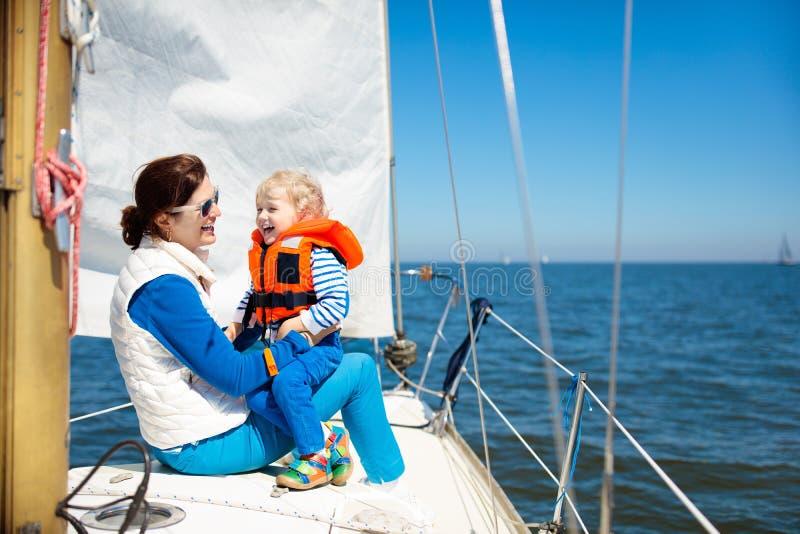 Navigação da família Mãe e criança no iate da vela do mar imagens de stock royalty free