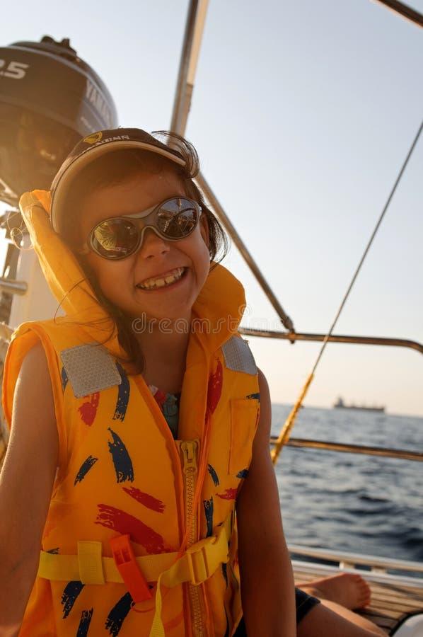 Navigação da menina no barco no mar foto de stock royalty free