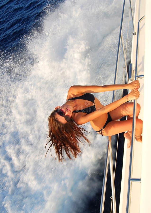 Navigação da mulher no iate confidencial do speed-boat fotografia de stock