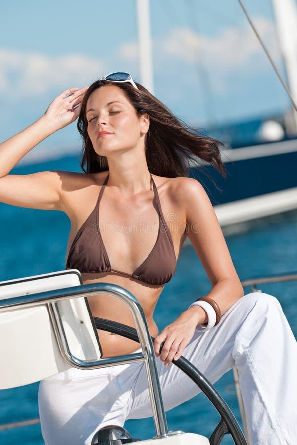Navigação da mulher nova no iate luxuoso fotos de stock
