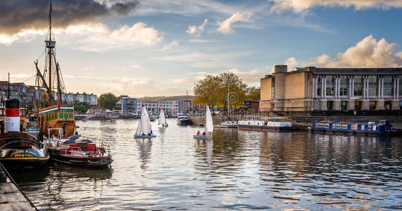 Navigação de Dinghys no por do sol do outono em Bristol Harbour, Bristol, Avon, Reino Unido imagens de stock