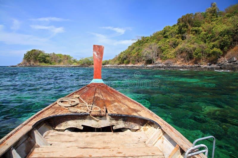 Navigação de madeira do barco no mar de cristal à ilha bonita perto do Koh Lipe imagens de stock royalty free