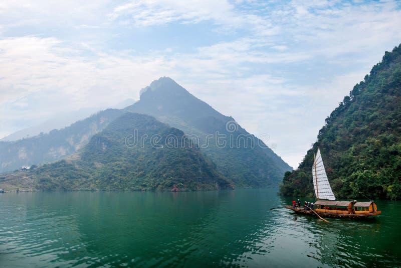 Navigação de Zixi da corrente da boca do desfiladeiro de Hubei Badong o Rio Yangtzé Wu foto de stock