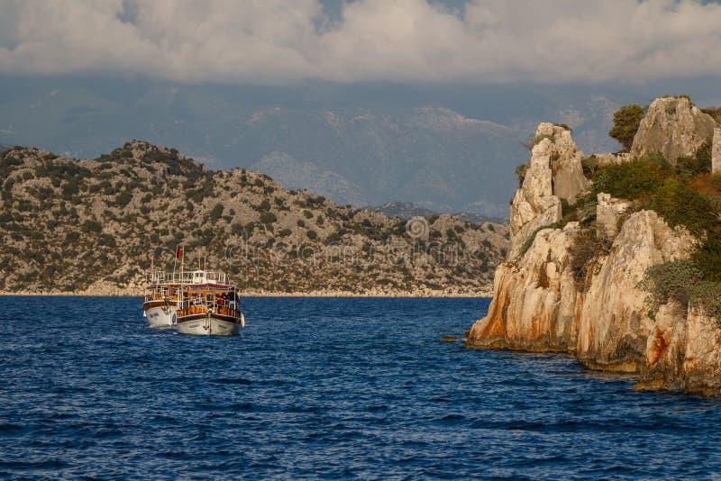 Navigação do barco ao longo das ruínas da cidade antiga imagens de stock royalty free