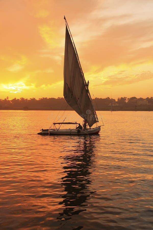 Navigação do barco de Felucca no Nile River no por do sol, Luxor imagens de stock
