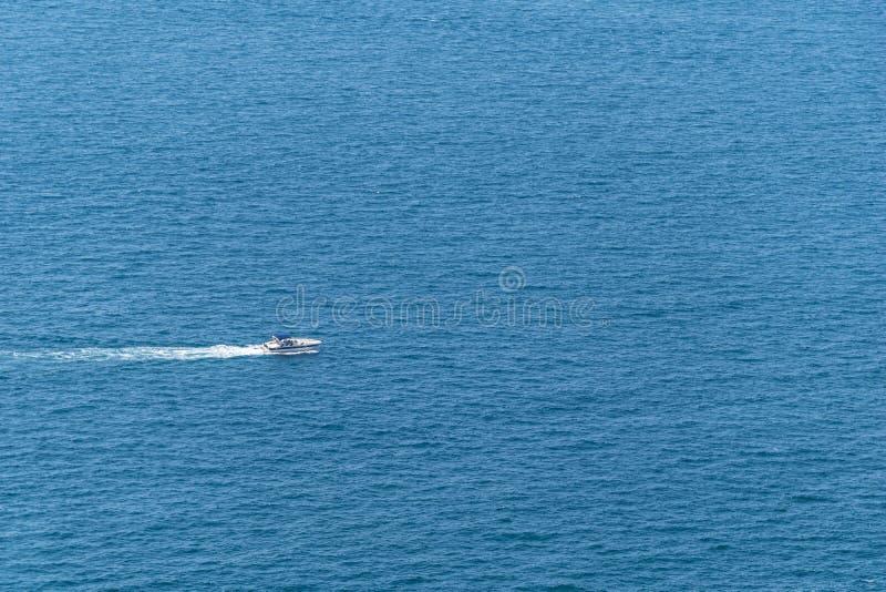 Navigação do barco de motor no mar fotografia de stock royalty free