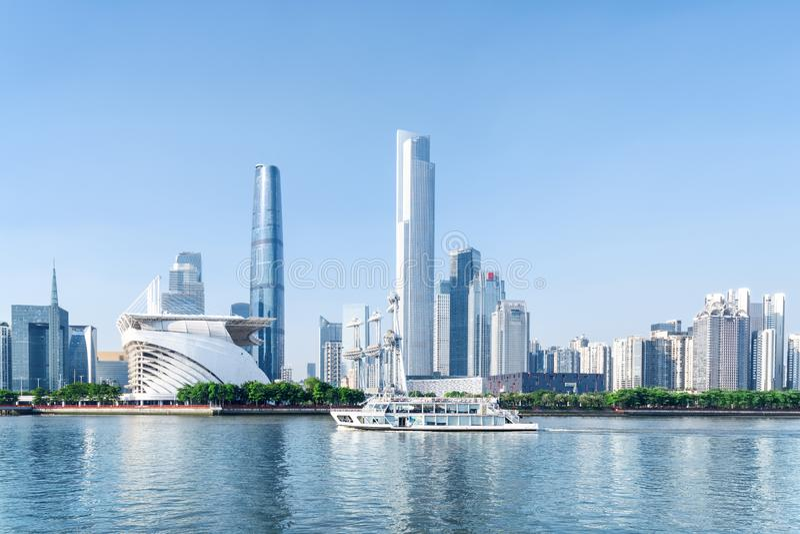 Navigação do barco de turista ao longo do Pearl River em Guangzhou, China fotografia de stock