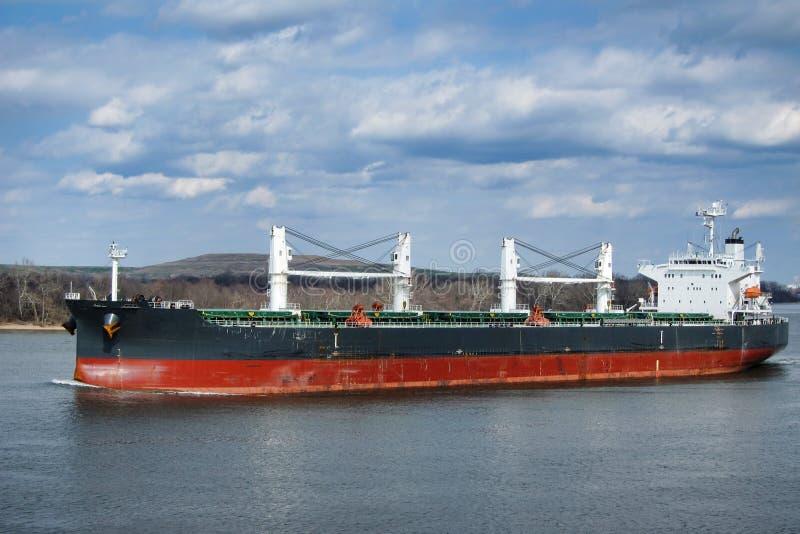 Navigação do barco do navio de carga do portador de maioria no rio fotografia de stock