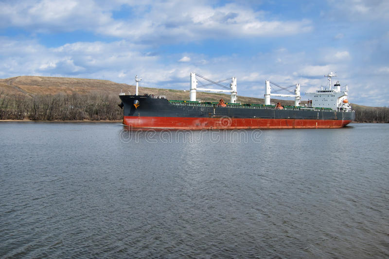 Navigação do barco do navio de carga do portador de maioria no rio foto de stock royalty free