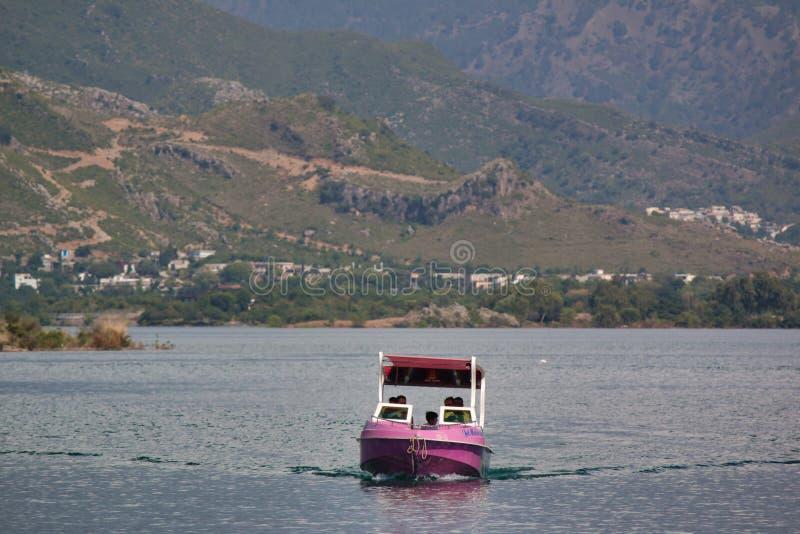 Navigação do barco no lago com as montanhas no fundo fotos de stock
