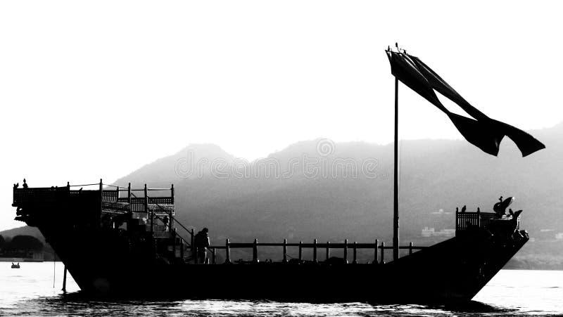 Navigação do barco no lago Udaipur Fatehsagar foto de stock royalty free
