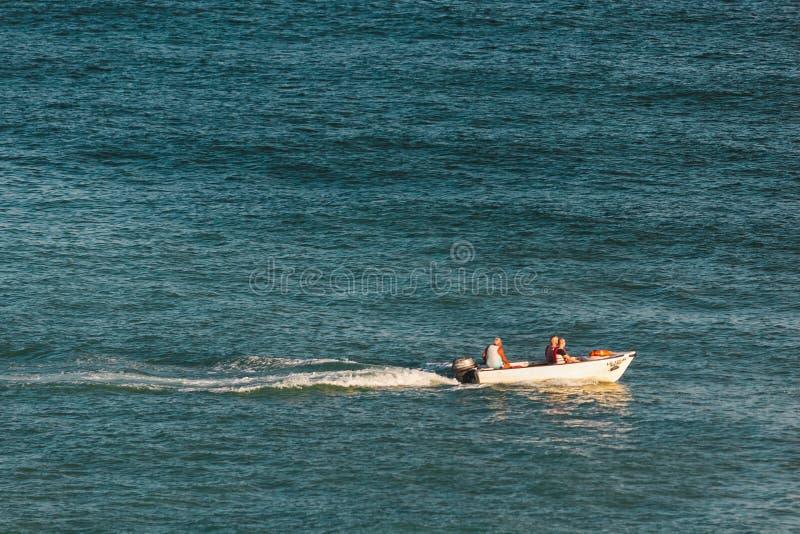Navigação do barco no oceano perto da costa de Lagos, Portugal fotos de stock royalty free