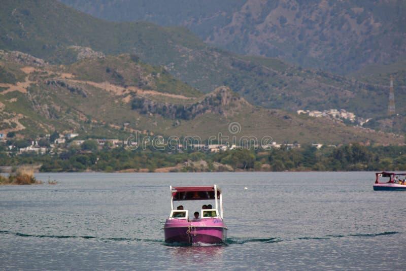 Navigação do barco para a câmera fotografia de stock