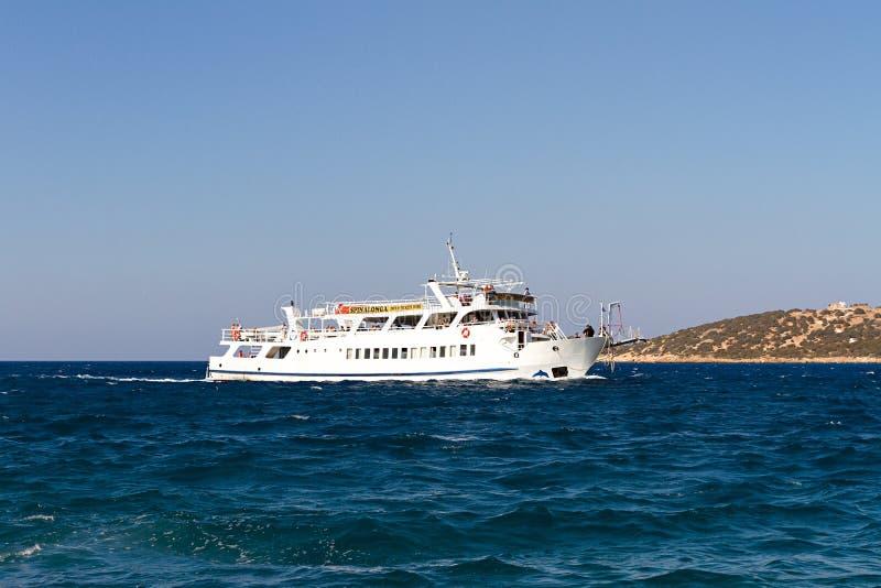 Navigação do barco pela ilha da Creta fotografia de stock
