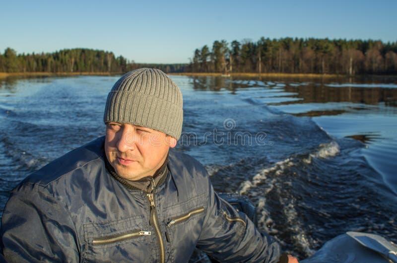 Navigação do homem em um barco imagem de stock royalty free