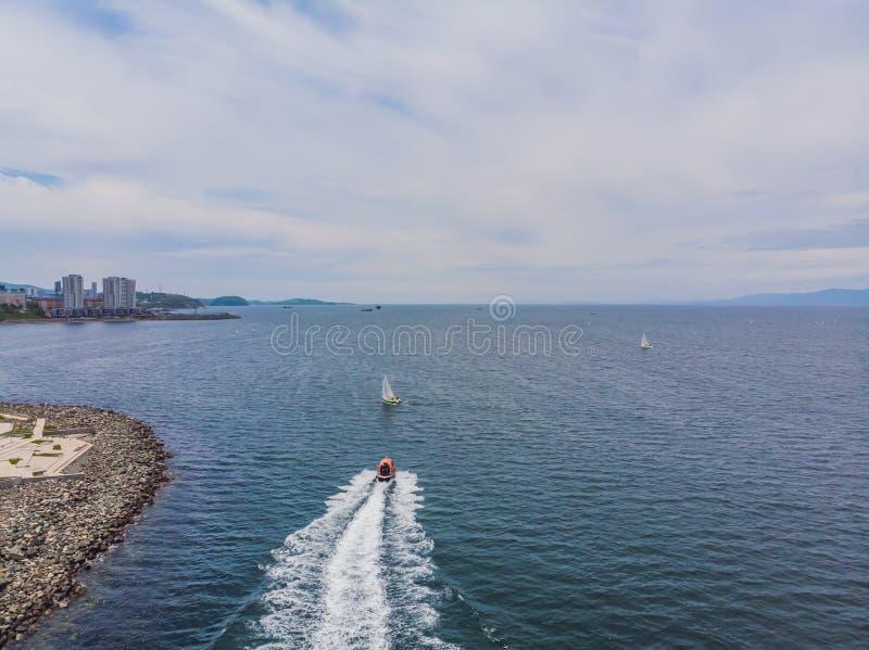 Navigação do iate no mar aberto Barco de navigação Iate do zangão Yac fotos de stock