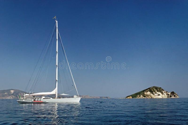 Navigação do iate no mar azul foto de stock royalty free