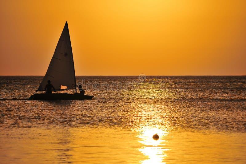 Navigação do iate no por do sol foto de stock royalty free