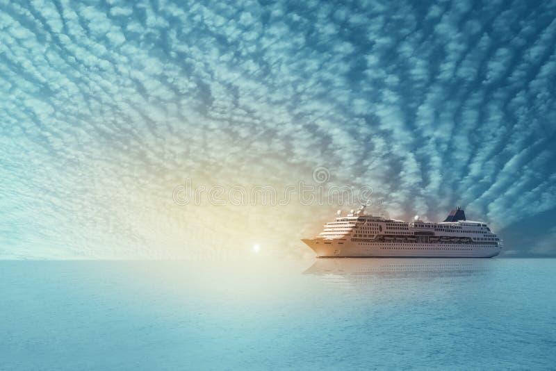 Navigação do navio de cruzeiros no mar no por do sol e no crepúsculo com nuvens macias foto de stock royalty free