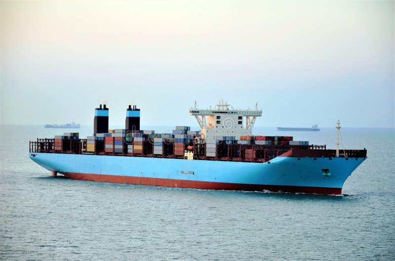Navigação do navio de recipiente da carga através do mar fotografia de stock royalty free