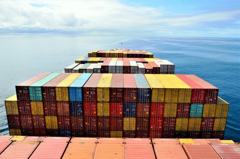 Navigação do navio de recipiente da carga através do oceano calmo fotografia de stock royalty free