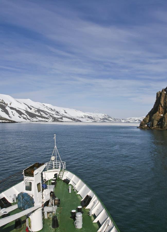 Navigação do navio em Continente antárctico fotografia de stock