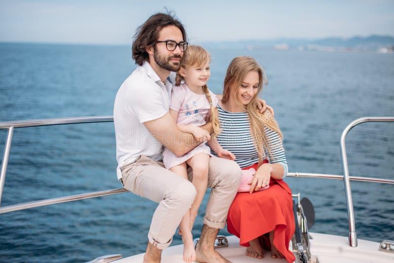 Navigação do pai, da mãe e da filha no iate no mar fotos de stock royalty free