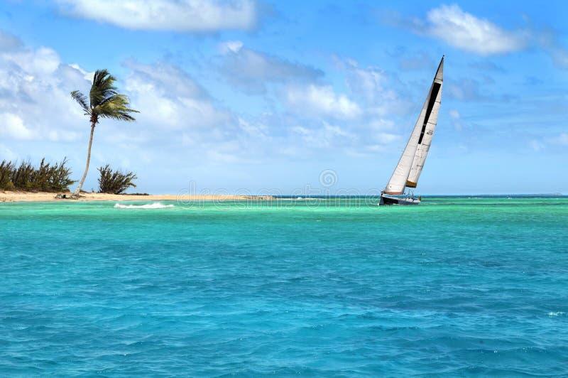 Navigação do Sailboat em mares tropicais fotografia de stock