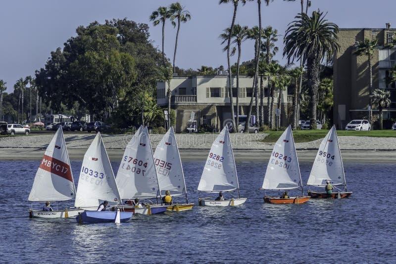 Navigação dos veleiros do tamanco na baía da missão foto de stock royalty free