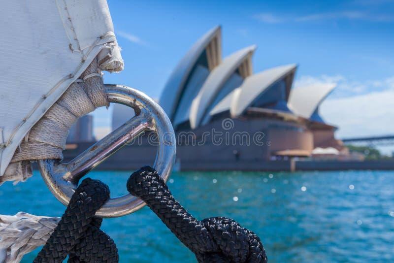 Navigação em Sydney Harbour perto da casa de Sydney Opera fotografia de stock royalty free
