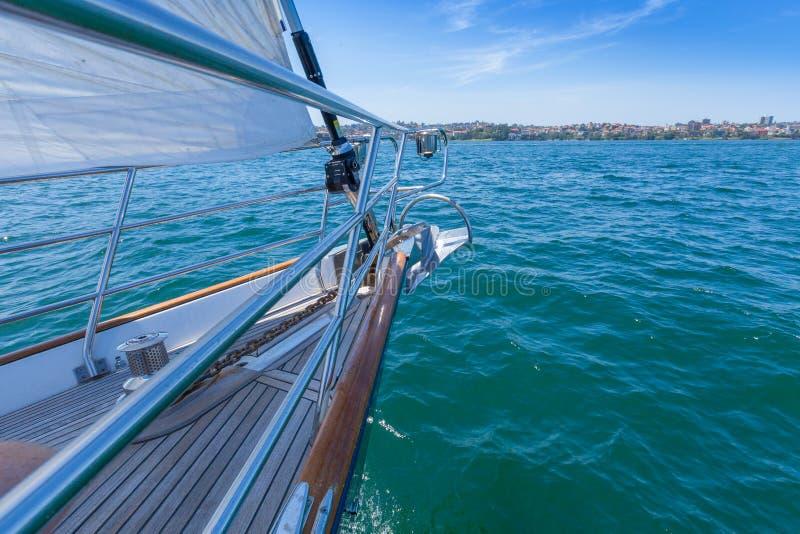 Navigação em um iate em um dia azul claro imagens de stock