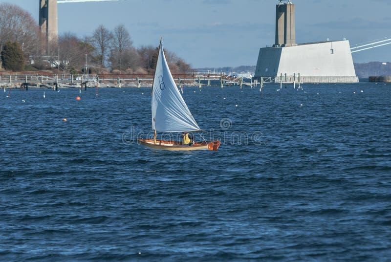 Navigação fora de Jamestown, Rhode - ilha em meados de janeiro imagem de stock royalty free