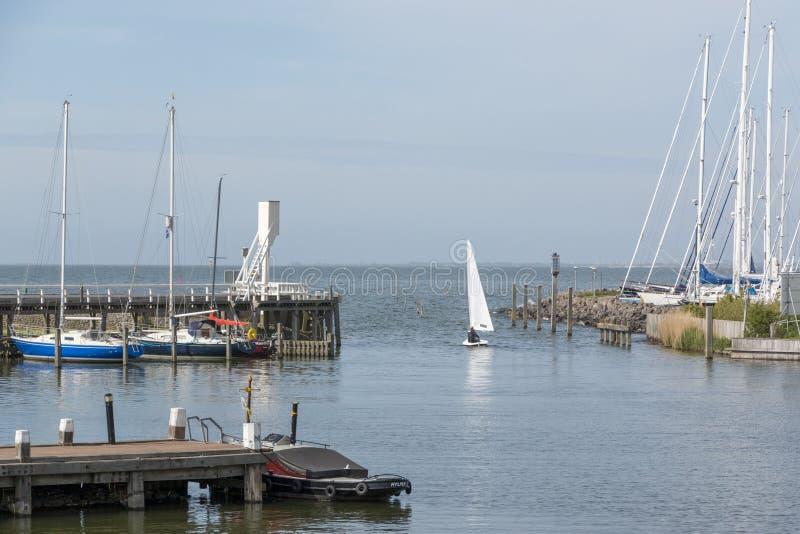 Navigação fora do porto velho de Hindeloopen, os Países Baixos fotos de stock royalty free