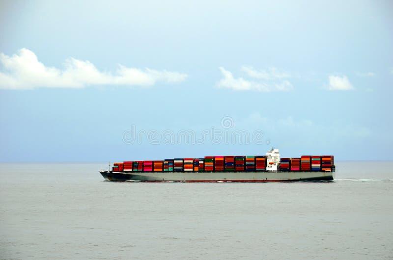 Navigação grande do navio de recipiente através do Oceano Pacífico calmo foto de stock royalty free