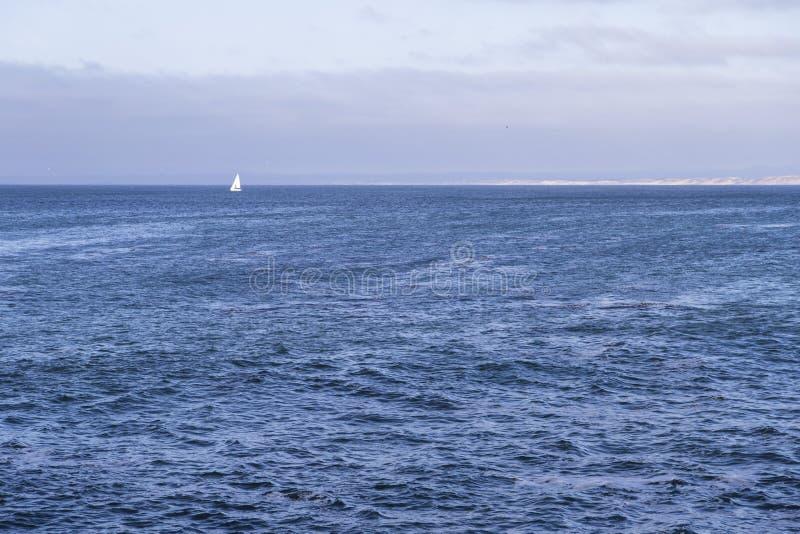 Download Navigação Isolada Do Iate No Oceano Atlântico Azul Perto De Monterey, Califórnia Imagem de Stock - Imagem de atlantic, paisagem: 65576329