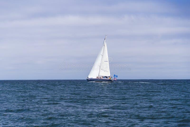 Download Navigação Isolada Do Iate No Oceano Atlântico Azul Perto De Monterey, Califórnia Imagem de Stock Editorial - Imagem de sail, relaxe: 65576464