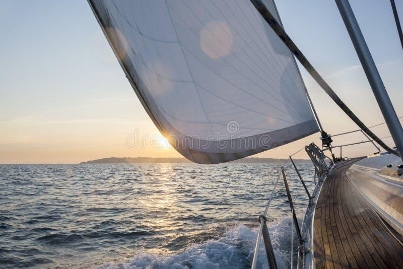 Navigação luxuosa do barco de vela no mar fotografia de stock