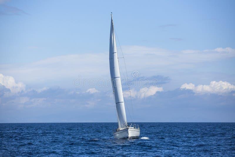 Navigação no amanhecer através da névoa em um mar calmo romântico imagens de stock royalty free
