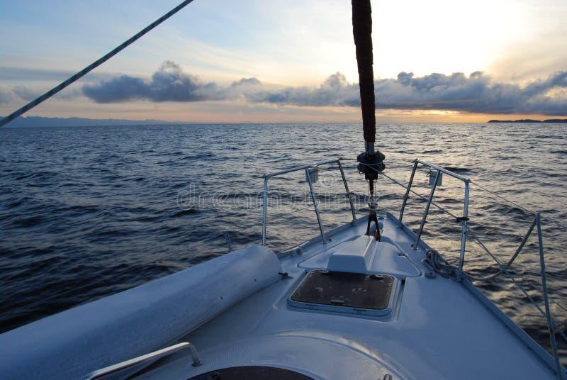 Navigação no por do sol fotos de stock