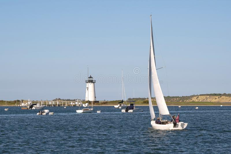 Navigação no porto de Edgartown pelo farol na ilha do vinhedo do ` s de Martha fotografia de stock
