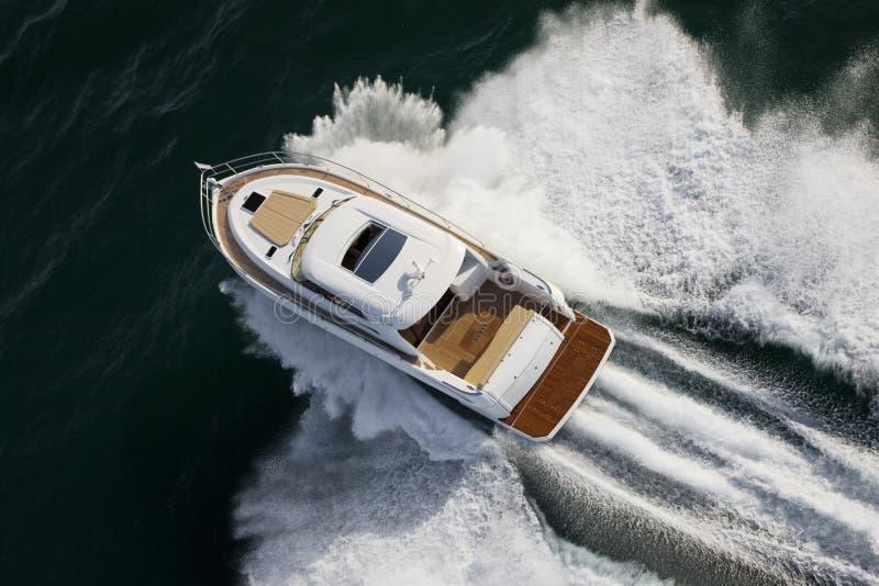 Navigação pequena do iate na alta velocidade foto de stock royalty free