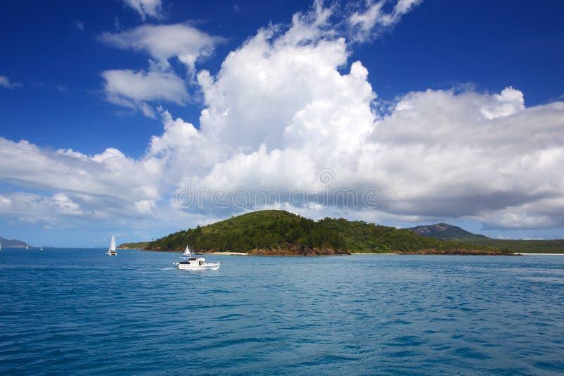 Navigação perto da praia de Whitehaven nos domingos de Pentecostes imagem de stock