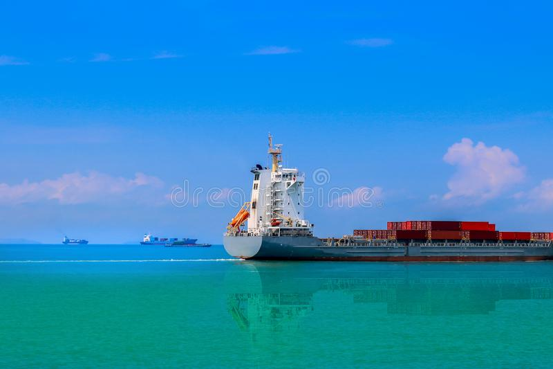 Navigação severo do navio de carga no mar fotografia de stock
