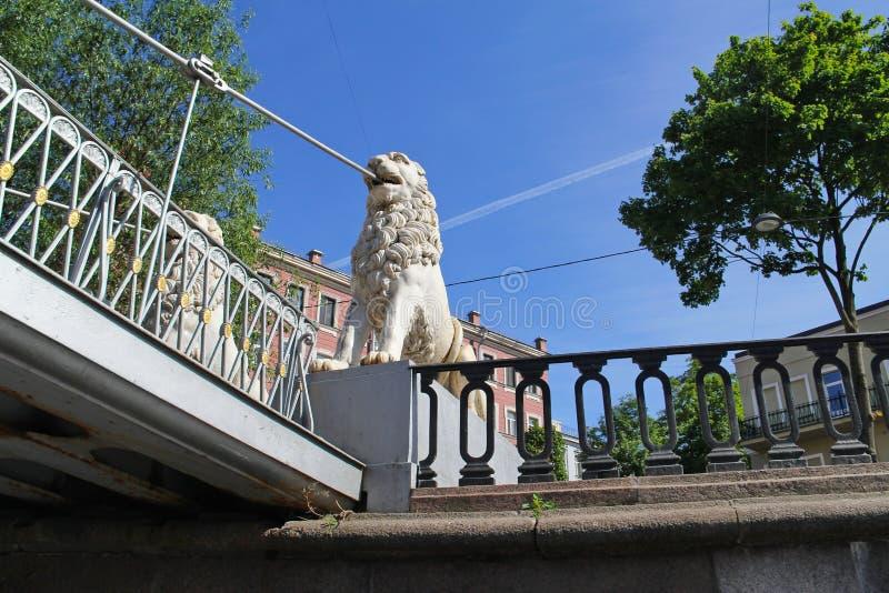 Navigação sob a ponte com leões de pedra imagem de stock royalty free