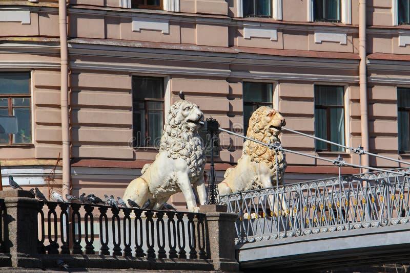 Navigação sob a ponte com leões de pedra fotos de stock royalty free