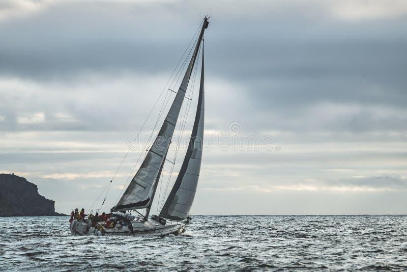 Navigação solitária do iate do close-up no mar ireland fotos de stock