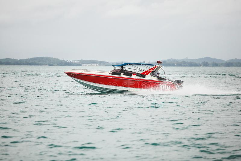 Navigação vermelha do barco no mar a embarcação bonita e rápida move a água aberta fotografia de stock