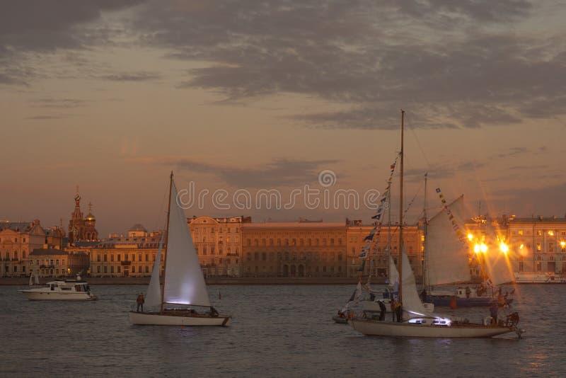A navigação yachts na noite no delta de Neva River foto de stock royalty free
