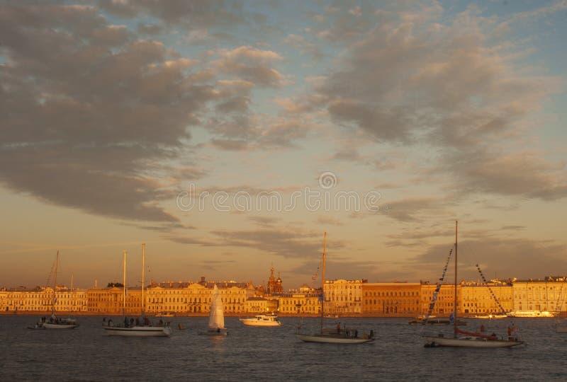 A navigação yachts na noite no delta de Neva River fotos de stock